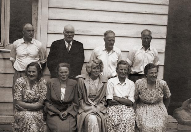 Bak frå venstre: Johannes, Torbjørn Musland (far), ؘlver og Olav. Framme frå venstre: Synneva, Johanna, Borghild og Tora Aletta