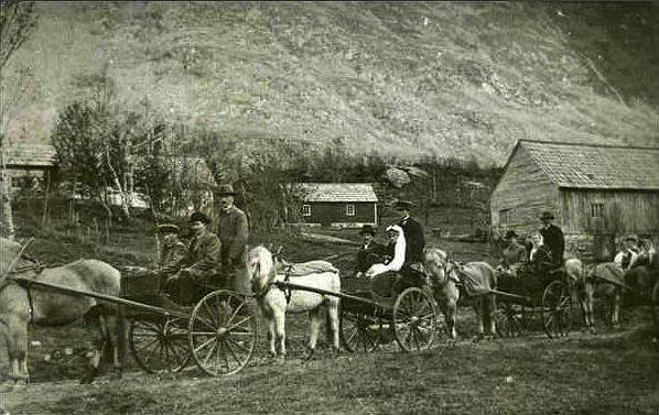 Brudefølge 1917. Truleg Halvard og Marta.