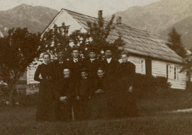 """Ølver Gjertsen og Alis Sofie Kristoffersdotter med alle barna framfor heimen i """"Sandvikjo″ 1903. Mellom foreldrene står Johannes, fødd 1895. Bak til venstre står Aletta. Til høgre står Synneva. Mellom jentene står Gjert, Kristoffer, Ola og Ølver."""