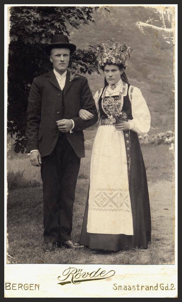 Synneva og Halvard Fausk gifter seg 1910. Synneva er søster till bestemor Aletta. Ho er fødd 1887.