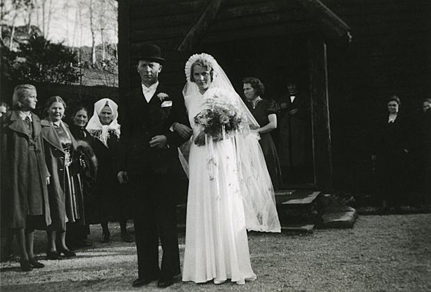 Synneva Sandvik og Olav Skaar gifte seg den 12. oktober 1940 i Hamre kyrkja på Osterøy. Til høgre: Borghild Sandvik søster til Synneva.